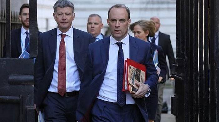 برطانوی وزیر خارجہ کا باڈی گارڈ اپنا اسلحہ طیارے میں بھول گیا