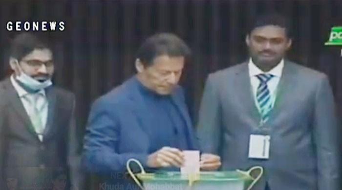 سینیٹ الیکشن: وزیراعظم عمران خان نے اپنا ووٹ کاسٹ کردیا
