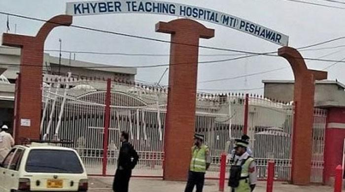 کورونا: پشاور کے خیبر ٹیچنگ اسپتال کے تمام بیڈز بھر گئے