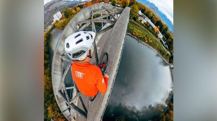 خطرناک پل پر سائیکل چلاتے نوجوان کی ویڈیو وائرل