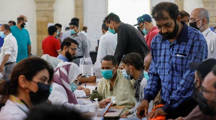 کراچی کے متعدد سینٹرز میں کورونا ویکسین کی شدید قلت