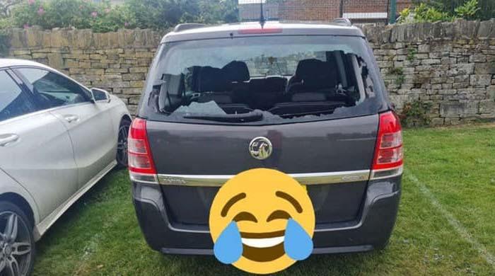 ویڈیو: پاکستانی کرکٹر کے چھکے سے ان کی اپنی گاڑی کا شیشہ ٹوٹ گیا