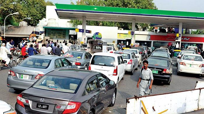 کراچی میں چند تیل کمپنیز نے کل سے پیٹرول کی سپلائی دینے سے معذرت کرلی